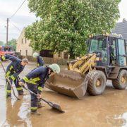 Auch im sächsischen Freiberg musste die Feuerwehr nach heftigen Regenfällen ausrücken und die Straßen vom Schlamm, den das Unwetter zurückgelassen hatte, befreien.