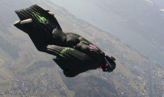 So sieht ein Wingsuit-Sprung aus. (Foto)