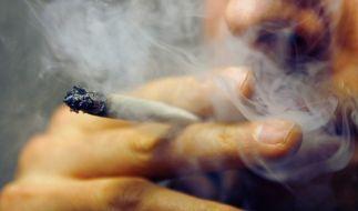 Folgenschwere Verletzung: Ein 19-Jähriger wollte in München seinen Joint in einem Polizeibus rauchen. (Foto)