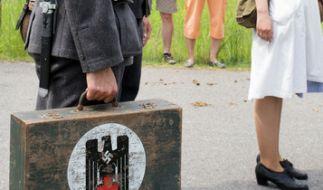 In Wehrmachtsuniform und mit Nazi-Koffer ist dieser Festumzugs-Teilnehmer unterwegs! (Foto)