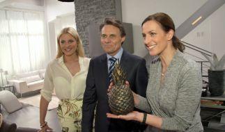 Die GZSZ-Stars Valentina Pahde, Wolfgang Bahro, Ulrike Frank mit der berühmtesten Mord-Waffe der Serien-Geschichte. (Foto)