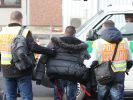Die Polizei begleitet einen straffällig gewordenen Asylbewerber zum Flughafen. (Foto)
