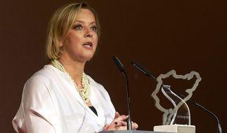 Sabine Kehm nimmt Preis für sein Lebenswerk für Michael Schumacher entgegen. (Foto)