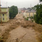 Nach anhaltendem Dauerregen ist ein Teil des Landkreises Rottal-Inn in Bayern komplett überschwemmt worden. Vor allem den Ort Simbach hat es hart getroffen.