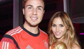 Fußball-Nationalspieler und WM-Torschütze Mario Götze mit Freundin Ann-Kathrin Brömmel (Foto)