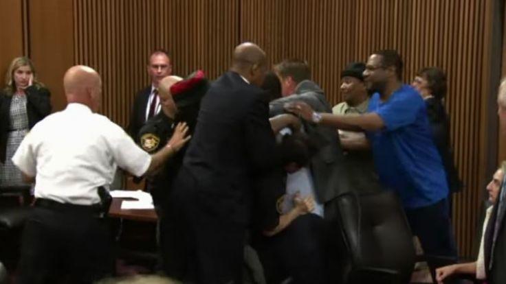 In den USA hat ein Mann den Mörder seiner Tochter im Gerichtssaal attackiert. (Foto)