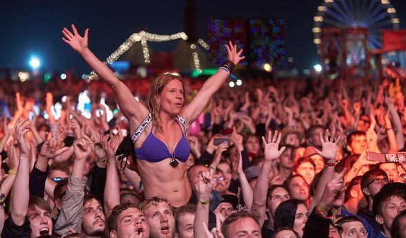 """Noch ist die Stimmung gut beim diesjährigen """"Rock am Ring""""-Festival an der Eifel. Die Fans genießen ausgelassen die Musik. (Foto)"""