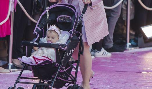 Baby Sophia Cordalis wird von Oma Ingrid, Costa Cordalis' Frau, über den nassen Traum aus Pink geschoben.