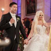 Daniela und Lucas treffen sich am Tag ihrer Hochzeit am Altar. Dieser denkwürdig-ergreifende Moment steht dem Brautpaar ins Gesicht geschrieben.