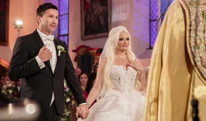 Daniela und Lucas treffen sich am Tag ihrer Hochzeit am Altar. Dieser denkwürdig-ergreifende Moment steht dem Brautpaar ins Gesicht geschrieben. (Foto)