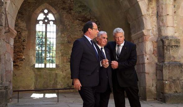 2013 geht Gauck Hand in Hand mit dem Überlebenden Robert Hébras durch die Ruinen von Oradour, begleitet von Präsident Francois Hollande. 1944 hatte die deutsche SS in dem französischen Dorf 642 Menschen, darunter 207 Kinder, getötet. (Foto)