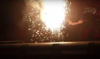 Till Lindemann hat sich während eines Auftritts mit seiner Band Rammstein während der Bühnenperformance symbolisch in die Luft gesprengt. (Foto)