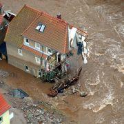 Die Jahrhundertflut im August 2002 forderte mindestens 45 Todesopfer. Vor allem in Sachsen und Bayern traten Flüsse wie die Elbe bis zu 1,50 Meter über ihre Ufer und richteten katastrophale Schäden an.