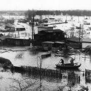 Bei der Sturmflut 1962 kam es zu einer Flutkatastrophe an der Nordseeküste. Den Hamburger Stadtteil Wilhelmsburg traf es dabei besonders hart: Insgesamt waren 340 Tote zu beklagen.