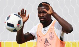 Der deutsche Fußball-Nationalspieler Antonio Rüdiger hat einen Kreuzbandriss erlitten. (Foto)