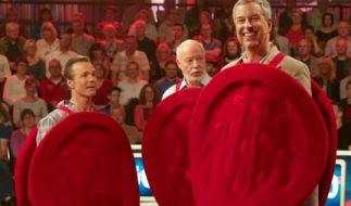 Hannes Jaenicke, Bill Mockridge und Thomas Hermanns (v.l.) schlüpfen für ein Spiel in die Rolle eines roten Blutkörperchens. (Foto)
