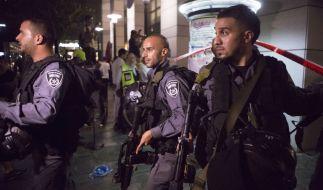 Israelische Sicherheitskräfte in Tel Aviv am Abend des 8. Juni 2016. Attentäter schoßen in der Innenstadt nur wenige Minuten vorher um sich und töteten dabei vier Menschen. (Foto)