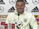 Lukas Podolski ist immer für einen Scherz zu haben. (Foto)
