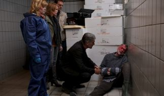 Die Polizei findet den toten Janne Brolin (Bo Svensson, r.). (Foto)