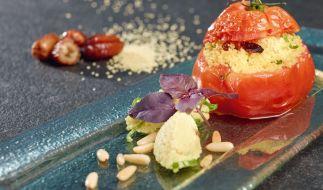 Eine gegrillte Ochsenherztomate mit Couscous-Füllung: So lautet ein vegetarischer Rezepttipp von Nelson Müller. (Foto)
