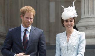 Kates Kleid, das sie bei den Feierlichkeiten zum Geburtstag der Queen trug, war der 90-Jährigen zu kurz. (Foto)