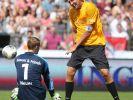 Dirk Nowitzki auf dem Rasen. (Foto)