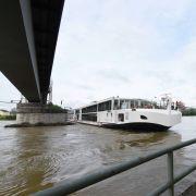 Donau-Kreuzer mit 200 Passagieren rammt Brücke (Foto)