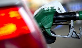 Die Benzinpreise stiegen meist zu Ferienbeginn drastisch. (Foto)