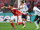 Szene am 19. Juni 2016 während des EM-Spiels Schweiz gegen Frankreich in Lille: Frankreichs Paul Pogba (rechts) versucht den Schweizer Granit Xhaka festzuhalten - dessen Trikot reißt dabei entzwei. (Foto)
