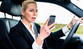 Die Ablenkung durch Smartphones im Straßenverkehr nimmt stetig zu. (Foto)