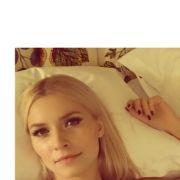 Und nochmal Lena im Bett. Allerdings wie frisch aufgewacht sieht dieses Selfie nun wirklich nicht aus.