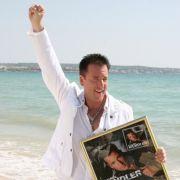 Michael Wendler ist aber auch keine Pose zu peinlich: Mit breitbeiniger Rockerpose und erhobener Faust zelebriert er die Goldauszeichnung für sein Album