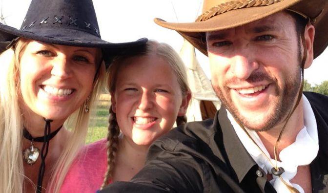 Wenn schon Ranch und wilder Bullenritt, dann nur stilecht mit Cowboy-Hut. Das neben ihm ist übrigens seine Familie: Links Ehefrau Claudia Norberg - ebenfalls wohl behütet - und in der Mitte Tochter Adeline.