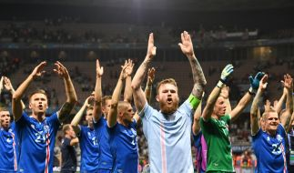 Aron Gunnarsson und die isländischen Spieler feiern den 1:2-Sieg gegen England bei den UEFA-Europameisterschaften im Stadion von Nice, Frankreich, am 27. Juni 2016. (Foto)