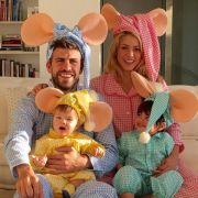 Selbst diese albernen Kostüme können eine so schöne Familie nicht entstellen. Bitte setzt noch viele weitere Kinder in die Welt!