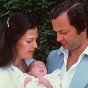 Der schwedische König Carl XVI. Gustaf und seine Frau Königin Silvia stellen im August 1977 ihre erstgeborene Tochter Victoria Ingrid vor.