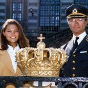 König Carl XVI. Gustaf und Victoria am 30.04.1993 in Stockholm. Die damals 15-jährige Kronprinzessin wirkt unsicher und schüchtern.