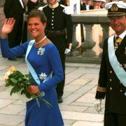 An ihrem 18. Geburtstag wirkt Victoria schon viel selbstsicherer. Sie schenkt den Fotografen vor dem Stockholmer Schloss ein strahlendes Lächeln.