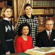 Die königliche Familie posiert im Dezember 1995 für ein Weihnachtsfoto für die Presse. Kaum wiederzuerkennen: Prinzessin Madeleine (links). Das Nesthäkchen ist zu diesem Zeitpunkt 13 Jahre alt.
