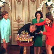 Die schwedische Königsfamilie gratuliert König Carl Gustaf am 30. April 1996 mit einem Kuchen zum 50. Geburtstag.