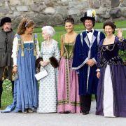 Die schwedische Königsfamilie in historischen Kostümen bei einem Dinner im Jahr 2001.