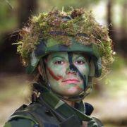 Die 25-jährige Prinzessin ist sich für nichts zu schade und macht alles mal mit. Auch Truppenübungen. 2003 absolvierte Victoria ihre militärische Grundausbildung.