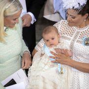 Der kleine Prinz Oscar Carl Olof erblickt am 2. März 2016 das Licht der Welt und wurde am 27. Mai getauft. Seine Taufpaten sind seine Tante Madeleine, Kronprinz Frederik zu Dänemark, Mette-Marit von Norwegen, Oscar Magnuson und Hans Aström.