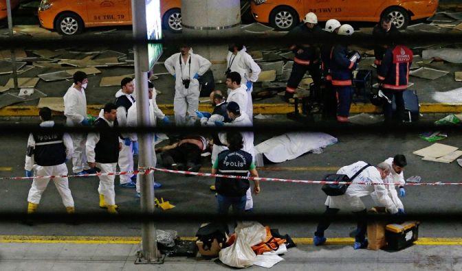 Bei einem erneuten Selbstmord-Anschlag in der Türkei kamen am 28. Juni mindestens 10 Menschen ums Leben. Die Rettungskräfte eilten umgehend zum Flughafen Atatürk in Istanbul. (Foto)
