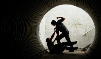 Nach einem Streit sollen zwei Männer ihren Mitbewohner mit einer Shampoo-Flasche vergewaltigt haben (Symbolbild). (Foto)