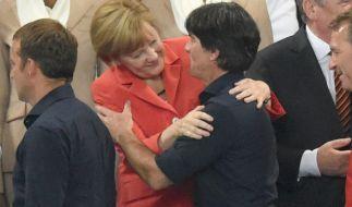 """Angela Merkel und Joachim Löw sollen laut """"Das Neue"""" ziemlich beste Freunde sein. (Foto)"""