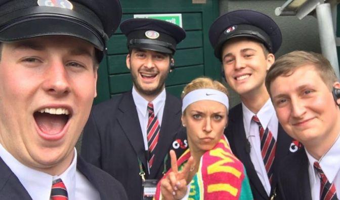 """Peace! Sabine Lisicki ganz lässig mit ihren """"Security Guys"""" in Wimbledon. (Foto)"""