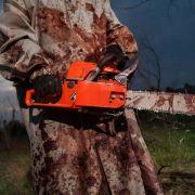 Mann geht mit Kettensäge und Armbrust auf Passanten los (Foto)