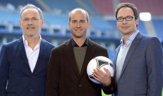 Mehmet Scholl mit den ARD-Moderatoren Reinhold Beckmann (links) und Matthias Opdenhövel (rechts). (Foto)
