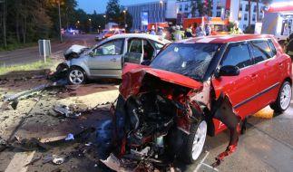 Zwei zerstörte Fahrzeuge in Hagen (Nordrhein-Westfalen) nach einem illegalen Autorennen: Das Bundesland will die Strafen für Autoraser verschärfen und droht mit bis zu drei Jahren Haft. (Foto)